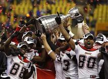 <p>Calgary Stampeders players hoist the Grey Cup after defeating the Montreal Alouettes during the CFL's 96th Grey Cup football game in Montreal, November 23, 2008. REUTERS/Todd Korol</p>