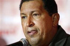 <p>El presidente venezolano y líder del Partido Socialista Unido, Hugo Chávez, habla con la prensa Caracas 24 nov 2008. REUTERS/Carlos Garcia Rawlins (VENEZUELA)</p>