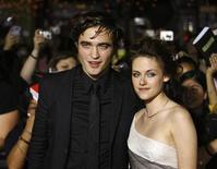 """<p>Robert Pattinson y Kristen Stewart posan en el estreno de """"Twilight"""" en Westwood 17 nov 2008. """"Twilight"""", la romántica historia de vampiros que se esperaba convocara a un numeroso público femenino, cumplió con las expectativas al dejar 70,55 millones de dólares en la taquilla cinematográfica de Estados Unidos durante el fin de semana. REUTERS/Mario Anzuoni (EEUU)</p>"""