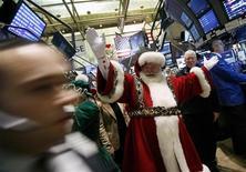 <p>Un hombre vestido como Santa Claus camina por los pasillos de la Bolsa de Valores de Nueva York, EEUU, 24 nov 2008. Se busca: hombres alegres y regordetes, preferiblemente con una suave y sedosa barba blanca y sin antecedentes criminales, listos para trabajar duro durante un mes. REUTERS/Shannon Stapleton</p>