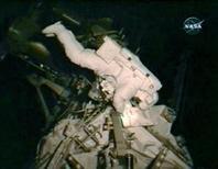 <p>El astronauta del transbordador Endeavour Steve Bowen durante unos trabajos en la Estación Espacial Internacional, 24 nov 2008. Dos astronautas del transbordador Endeavour flotaban el lunes fuera de la Estación Espacial Internacional (EEI) en una cuarta y última caminata espacial, para reparar el puesto de avanzada e investigación y dejarlo a su máxima potencia. REUTERS/NASA TV.</p>