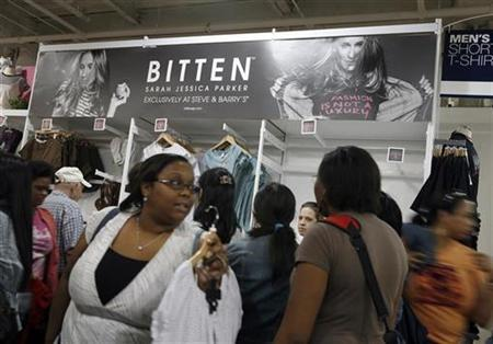 Shoppers crowd the Steve and Barry's store in the Manhatten Mall during the unveiling of the ''Bitten'' line of clothes from actress Sarah Jessica Parker in New York, June 7, 2007. REUTERS/Brendan McDermid