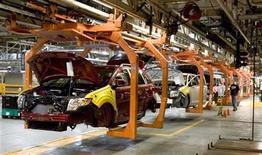 <p>The new Ford Flex and the Ford Edge share this assembly line at the company's Oakville Plant in this June 3, 2008 file photo. REUTERS/Fred Thornhill</p>
