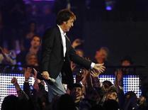 <p>Paul McCartney saluda a la audiencia durante la entrega de los premios MTV Europe Music Awards en Liverpool 6 nov 2008. Las negociaciones para publicar el catálogo del grupo The Beatles en la tienda de internet iTunes de Apple están estancadas, dijo el ex miembro del cuarteto Paul McCartney a la BBC. The Beatles es uno de los grupos más importantes cuya música no está disponible en iTunes, pero un acuerdo alcanzado el año pasado acerca de una disputa de una marca registrada entre Apple y la compañía de la banda, Apple Corps Ltd, parecía estar finalmente despejando el camino. REUTERS/Phil Noble</p>