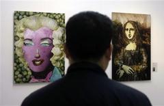 """<p>Un visitante de la exhibición """"The Vegetable Museum"""" observa los trabajos de Ju Duoqi """"Cabbage Monroe"""" y """"Mona Tofu"""" (derecha en la imagen) en Pekín, 25 nov 2008. Los ojos de pimienta de """"Mona Tofu"""" miran fijamente por debajo de su largo cabello de fideos y la piel de tomate de """"Cabbage Monroe"""" luce radiante en la exhibición de arte contemporáneo de Ju Duoqi en Pekín. REUTERS/Jason Lee (CHINA)</p>"""