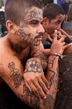 <p>Foto de archivo de Emerson Medina, un miembro de una pandilla de maras de El Salvador, en la capital San Salvador, 29 ago 2003. REUTERS/Luis Galdamez LG</p>