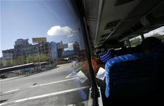 <p>View out the window of a Greyhound bus leaving Lincoln tunnel August 12, 2008. REUTERS/Shannon Stapleton</p>