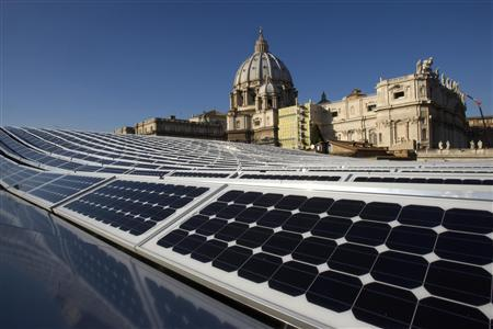 Solar panels cover the roof of the Paul VI hall near the cupola of Saint Peter's Basilica at the Vatican November 26, 2008.REUTERS/Tony Gentile