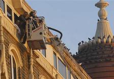 <p>Un bombero indio rescata a un turista extranjero del hotel Taj en Mumbai 27 nov 2008. Blogueros de todo Mumbai dieron actualizaciones en directo de la situación después de que un grupo islámico lanzara una oleada de ataques en el corazón de la capital financiera de India, poniendo de relieve el surgimiento del periodismo ciudadano en la cobertura de noticias. REUTERS/Stringer (INDIA)</p>