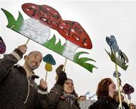 <p>Жители Амстердама протестуют против запрета на выращивание и продажу галлюциногенных грибов 27 октября 2007 года. Нидерланды вводят с 1 декабря окончательный запрет на выращивание и продажу галлюциногенных грибов, сообщило министерство здравоохранения страны. REUTERS/Koen van Weel</p>