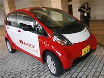 """<p>Миникар i MiEV японской Mitsubishi Motors Corp's в Токио 1 октября 2007 года. Традиционная японская культура и футуристические технологии объединились на новой выставке """"Японский автомобиль"""" в лондонском Музее науки, которая предложит посетителям взглянуть на транспорт будущего. REUTERS/Toru Hanai</p>"""