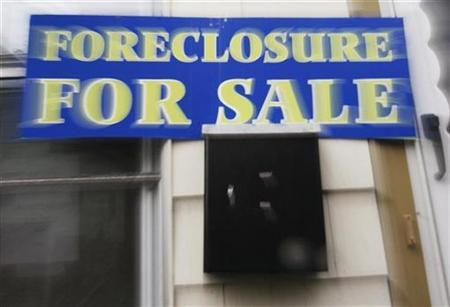A sign reading 'Foreclosure For Sale' is posted on a house in the Boston suburb of Dedham, Massachusetts March 15, 2007. REUTERS/Brian Snyder