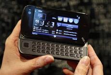 <p>Una modelo sostiene un móvil 'Nokia N97' durante el congreso 'Nokia World 08' en Barcelona 2 dic 2008. Nokia, el mayor fabricante de teléfonos móviles del mundo, presentó el martes el N97, un nuevo modelo insignia con una gran pantalla táctil, con la esperanza de que impulse su oferta de teléfonos inteligentes. REUTERS/Albert Gea</p>