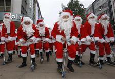 """<p>Decenas de actores vestidos como Santa Claus compiten en una carrera por las calles de Londres, 5 nov 2008. No sabe qué regalarle a esa persona que lo tiene todo? Entonces, ¿qué tal un kit para reparar ropa interior o un abridor de latas """"Yes, We Can"""" inspirado en Barack Obama? REUTERS/Suzanne Plunkett/Files</p>"""