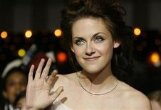 "<p>Cast member Kristen Stewart waves at the premiere of the movie ""Twilight"" at the Mann Village and Bruin theatres in Westwood, California November 17, 2008. REUTERS/Mario Anzuoni</p>"