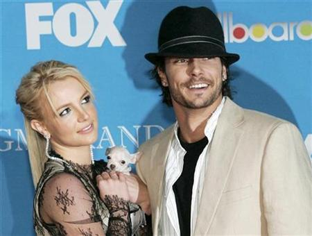 Britney Spears and Kevin Federline arrive for the 2004 Billboard Music Awards in Las Vegas, Nevada in this December 8, 2004 file photo. REUTERS/Steve Marcus/Files