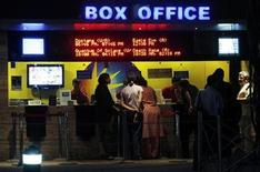 <p>People buy tickets at a counter in a multiplex movie theatre in Mumbai November 22, 2008. REUTERS/Arko Datta</p>
