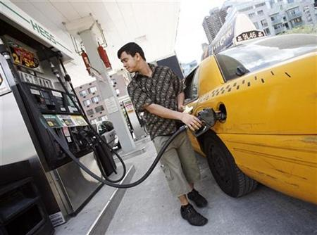 A New York City cab driver fills his taxi up with gas at a Hess station in New York, July 2, 2008. REUTERS/Shannon Stapleton