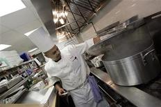 <p>A chef prepares food for the opening of a restaurant in New York January 5, 2006. REUTERS/Keith Bedford</p>