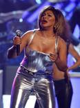 <p>Foto de arquivo de Tina Turner durante apresentação no Grammy em Los Angeles. Tina Turner volta à ativa aos 69 anos e brilha nas alturas.REUTERS/Mike Blake</p>