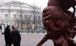 <p>Il teatro alla Scala fa da sfondo ad un'opera dello scultore messicano Javier Marìn REUTERS/Stefano Rellandini</p>