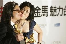 "<p>Peter Ho-sun Chan (L) kisses his wife, actress Sandra Ng, after winning the director and best feature film awards for ""The Warlords"" at the 45th Golden Horse Awards in Taichung, December 6, 2008. REUTERS/Pichi Chuang</p>"