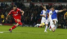 <p>Gerrard, do Liverpool, chuta e marca gol em partida contra o Blackburn Rovers neste sábado.</p>