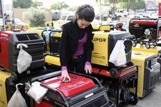 <p>A woman inspects a generator for sale in Beirut in this December 6, 2008 picture. REUTERS/ Mohamed Azakir</p>