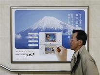 <p>Pedestre passa em frente a propaganda de aparelho portátil da Nintendo em Quioto, no Japão, no dia 8 de dezembro. A Nintendo informou que não sentiu nenhum impacto particular da crise econômica global uma vez que as vendas do videogame Wii e do portátil DS continuam fortes. REUTERS/Issei Kato (JAPAN)</p>
