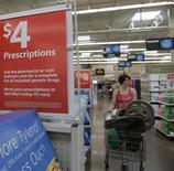 <p>Cliente anda por corredor do Wal-Mart em Rogers, Arkansas, no dia 5 de junho. Uma versão mais barata do iPhone, fabricado pela Apple, será vendida nas lojas do Wal-Mart por 99 dólares ainda este mês, informou o jornal The New York Post. REUTERS/Jessica Rinaldi (UNITED STATES) (Newscom TagID: rtrphotosthree548285) [Photo via Newscom]</p>