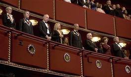 <p>Presidente dos EUA, George W. Bush, e a primeira-dama, Laura Bush, cantam o hino nacional americano no Kennedy Center Honors, em Washington. Junto com eles, a partir da esquerda, Twyla Tharp, Roger Daltrey, Pete Townshend, Barbra Streisand, Morgan Freeman e George Jones. REUTERS/Joshua Roberts</p>