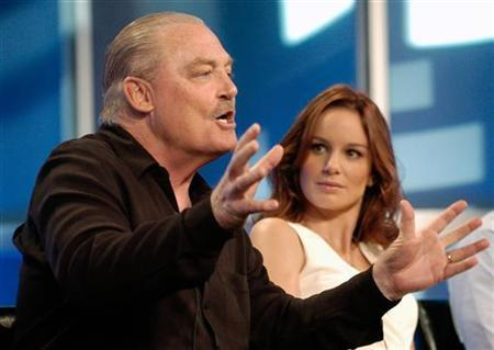 Stacy Keach (L), a cast member in the new Fox television series ''Prison Break,'' addresses reporters as fellow cast member Sarah Wayne Callies listens at the Fox summer press tour hosted by the Television Critics Association in Beverly Hills, California, July 29, 2005. REUTERS/Chris Pizzello