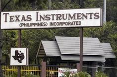 <p>Foto de archivo de una planta del fabricante estadounidense de microprocesadores Texas Instruments Inc en Baguio, Filipinas, 3 mayo 2007. exas Instruments Inc redujo el lunes sus previsiones de ganancias y de ventas para el cuarto trimestre, por una caída de la demanda por sus chips, que se usan tanto en celulares como en maquinaria industrial y otros aparatos. REUTERS/STRINGER</p>