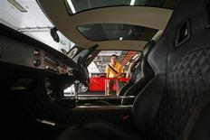 <p>L'interno della Spyker C8 Laviolette in mostra a Singapore REUTERS/Vivek Prakash</p>