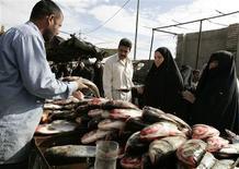 <p>Women buy fish at a market in Basra, 420 km (260 miles) southeast of Baghdad, November 26, 2008. REUTERS/Atef Hassan</p>