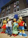 """<p>Matt Groening, criador do seriado """"Os Simpsons"""", posa ao lado dos personagens na cidade de Springfield, em Vermont. A comédia, que é exibida há 19 temporadas, liderou as indicações anunciadas na segunda-feira para o prêmio anual do Sindicato de Roteiristas da América (WGA). REUTERS/Lucas Jackson</p>"""