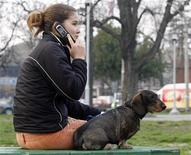 <p>Selon un document de la Commission européenne que Reuters a pu se procurer, l'objectif d'une réduction de 70% des coûts de terminaison des appels passés sur un téléphone portable que s'était fixé l'Union européenne pour 2011 a été reporté. /Photo d'archives/REUTERS/Ivan Milutinovic</p>