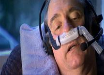 <p>Escena de un documental que muestra al paciente terminal Craig Ewert en la clínica Dignitas en Zurich 10 dic 2008. El canal de televisión británico Sky fue criticado el miércoles por su plan de emitir los últimos momentos de vida de un enfermo terminal que decidió suicidarse. REUTERS/HO-Sky TV</p>
