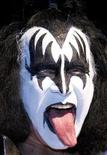"""<p>Foto de archivo de Gene Simmons del grupo de rock KISS durante una presentación para la prensa en Oberhausen, Alemania, 8 mayo 2008. Kiss cambió de rumbo y decidió entrar al estudio el próximo año para grabar su primer álbum nuevo desde """"Psycho Circus"""" de 1998. REUTERS/Kirsten Neumann</p>"""