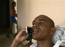<p>Foto de archivo de un hombre hablando por teléfono celular en La Habana, 21 mayo 2008. - Cuba rebajó en casi un 50 por ciento la tarifa de activación de líneas de teléfonos celulares, seis meses después de que el presidente Raúl Castro liberara el acceso al servicio, dijeron el jueves medios locales. REUTERS/Enrique De La Osa (CUBA)</p>