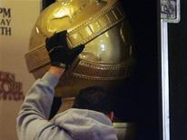 <p>A union stagehands from I.A.T.S.E. Local 33 loads a large Golden Globe statue into its protective case after the nominations announcement ceremonies for the 66th annual Golden Globe Awards in Beverly Hills, California December 11, 2008. REUTERS/Fred Prouser</p>