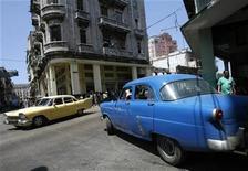 <p>Autos antiguos son vistos en La Habana 26 abril 2008. Mientras los fabricantes de automóviles estadounidenses luchan por sobrevivir a la crisis financiera, antiguos Chevrolet y Ford continúan surcando las calles de Cuba y sus dueños tienen un mensaje: Ya no fabrican autos como los de antes. REUTERS/Claudia Daut (CUBA)</p>