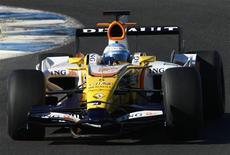 <p>O piloto Fernando Alonso, da Renault, dirige seu carro durante sessão de testes em Jerez, na Espanha. As equipes da Fórmula 1 terão uma redução de custos de quase um terço no próximo ano, dentro de um amplo pacote de medidas anunciado para garantir o futuro da categoria em meio à crise global. 11 de dezembro.REUTERS/Marcelo del Pozo</p>