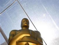 <p>Foto de archivo de una estatua del Oscar colocada sobre la alfombra roja previa a la entrega de los premios de la Academia, 23 feb 2008. Pese a que los organizadores del Oscar revelaron el viernes que Hugh Jackman será el anfitrión de la entrega de premios, la posibilidad de una huelga de actores en Estados Unidos despertaba dudas sobre si el gran show de Hollywood se realizará como de costumbre. REUTERS/Lucas Jackson</p>