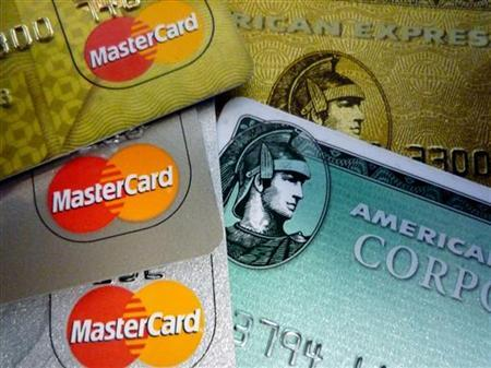 American Express and MasterCard credit cards are shown in Washington in this June 25, 2008 file photo. The U.S. credit card industry, harshly criticized for imposing surprise fees and interest rate hikes on consumers, may face a day of reckoning on Thursday. REUTERS/Jim Bourg