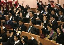 <p>Члены парламента поддерживают кандидатуру Вечачивы. Парламент Таиланда в понедельник избрал премьер-министром лидера оппозиционной Демократической партии Абхисита Вечачиву. 15/12/2008 Чаиват Субпрасом</p>