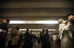 <p>Пожилые украинцы танцуютв переходе метрополитена в Киеве,15 апреля 2007 года Антимонопольный комитет Украины, угрожая огромными штрафами, потребовал от властей Киева в течение 10 дней снизить тарифы на проезд в городском общественном транспорте, сообщил АМК REUTERS/Damir Sagolj (UKRAINE)</p>