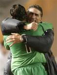 <p>Técnico da LDU, Edgardo Bauza, e goleiro Cevallos se abraçam após vitória por 2 x 0 sobre o Pachuca na semifinal do Mundial de Clubes, em Tóquio. REUTERS/Toru Hanai</p>