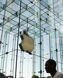 <p>Homem caminha em loja da Apple em Nova York. Ações da companhia caíam mais de 7% nesta quarta-feira com om preocupações sobre a saúde do presidente-executivo da companhia, Steve Jobs. REUTERS/Lucas Jackson</p>