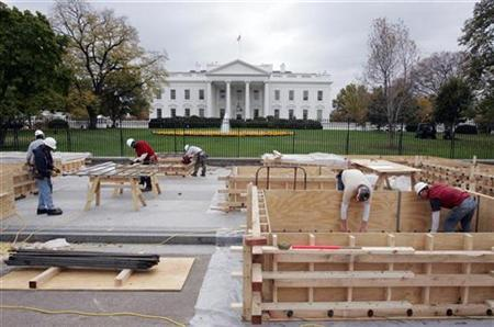 Workers begin initial construction of the presidential reviewing stand November 6, 2008 for upcoming Inauguration Day ceremonies outside the White House in Washington. President-elect Barack Obama will be sworn in on January 20, 2009. REUTERS/Mitch Dumke